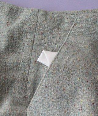 <div class=alt><div class=desc><h2>Apprendre comment faire une poche de côté ou poche italienne</h2></a><br>Très fréquente dans les jupes et pantalons, la poche de côté, également appelée poche italienne, est en diagonale droite ou arrondie, prise entre la couture de côté et la ceinture. apprenez à la réaliser grâce aux explications pas à pas et en photos. <br><br></div></div>